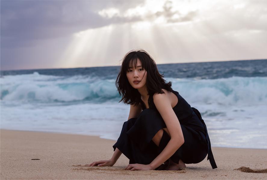 写真は、海を背にした綾瀬さん(撮影はND CHOWさん)