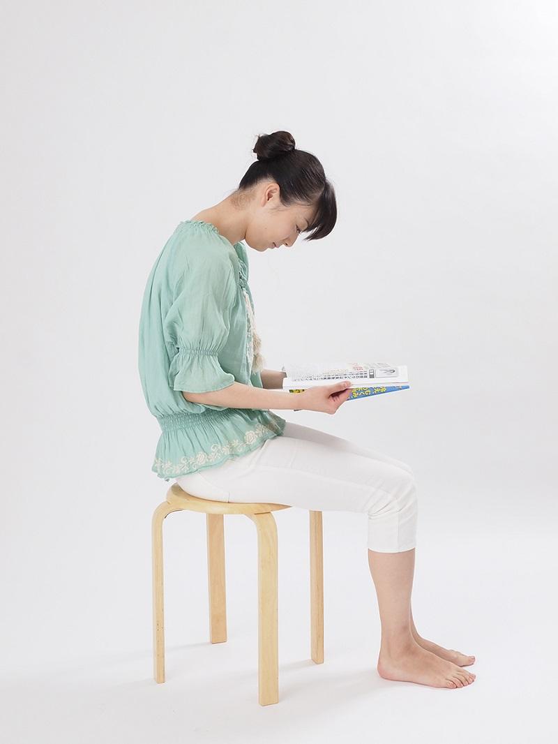 写真は、本を読む際の駄目な姿勢の例(提供:主婦の友社)