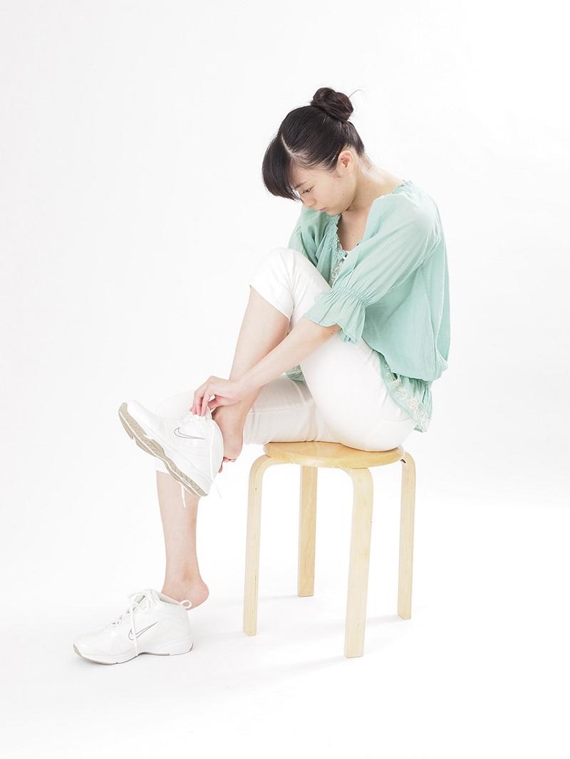 写真は、靴を履く際の駄目な姿勢の例(提供:主婦の友社)