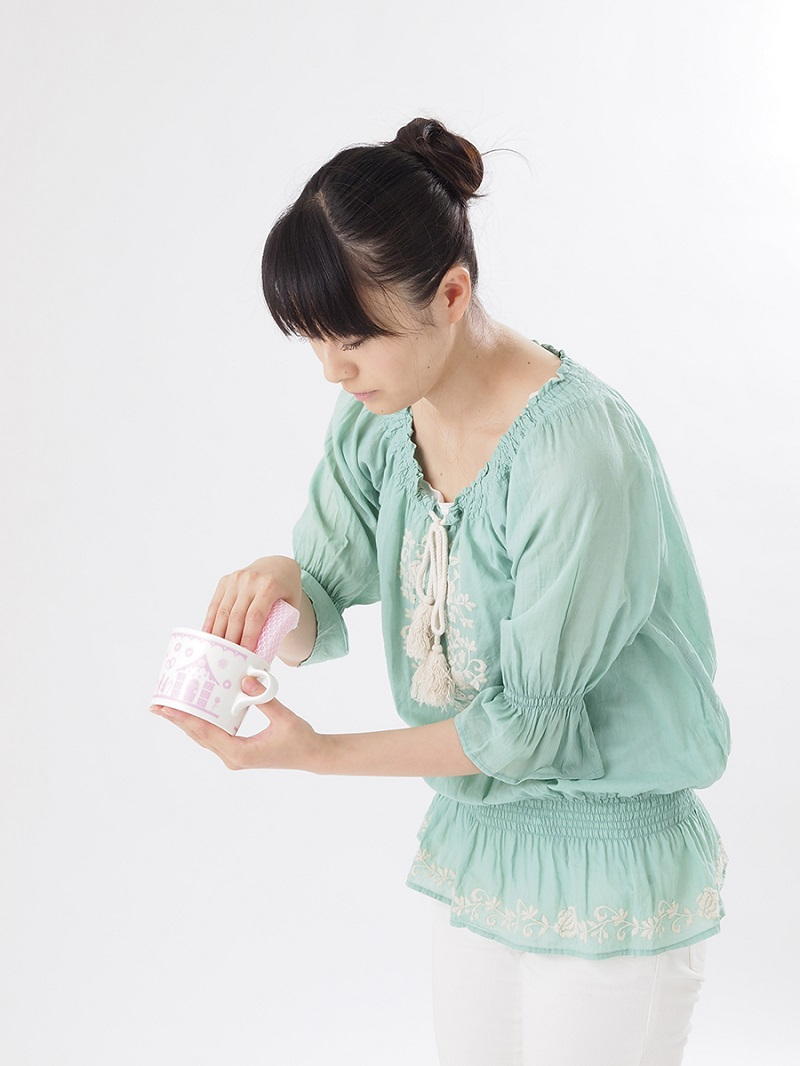 写真は、洗い物をする際の駄目な姿勢の例(提供:主婦の友社)