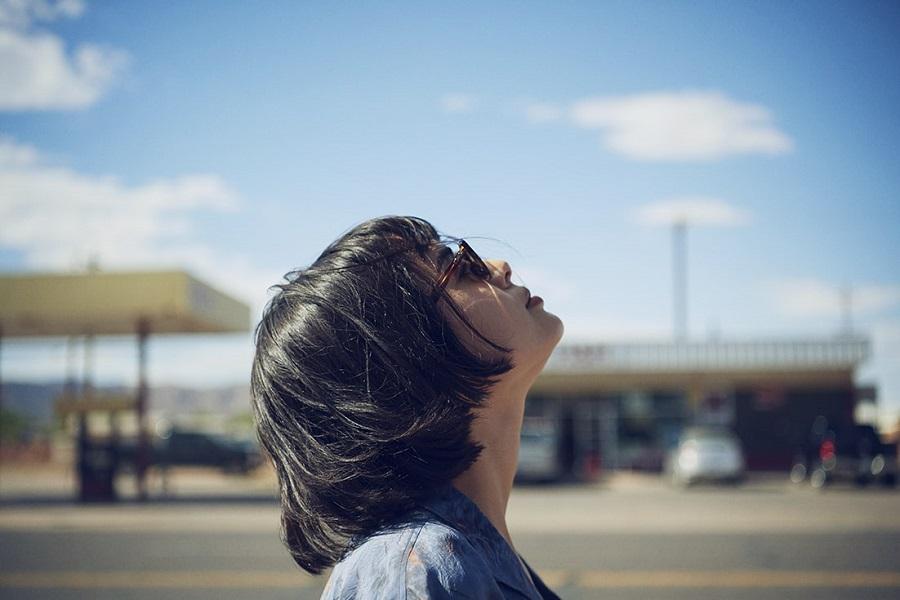 写真は、宙を見上げる大屋夏南さん