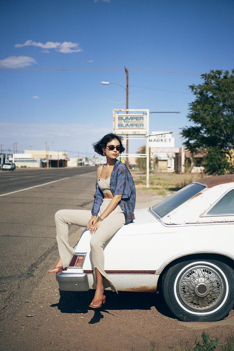 写真は、車に腰掛ける大屋夏南さん