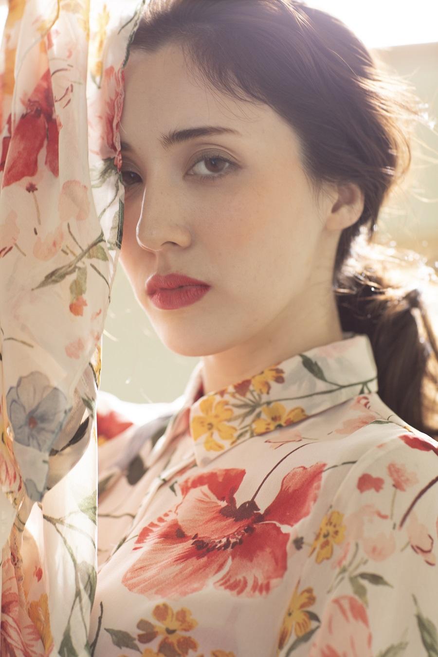 写真は、花柄の服を着た朝比さん(撮影:丸谷嘉長さん)
