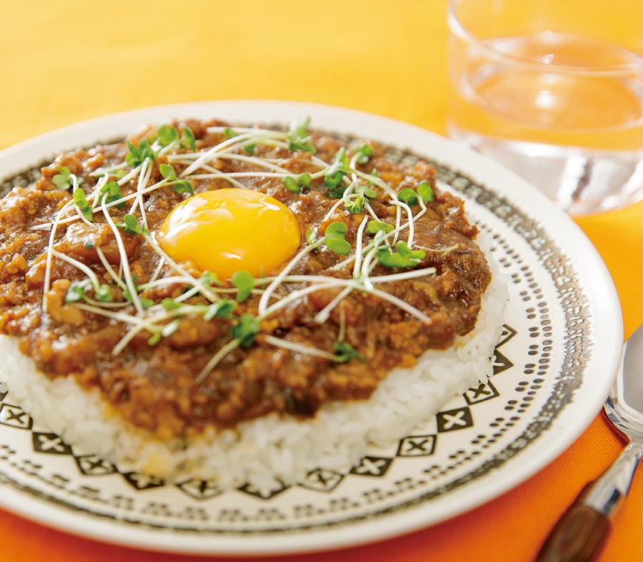 写真は、とろとろ卵の味噌キーマカレー(提供:扶桑社)