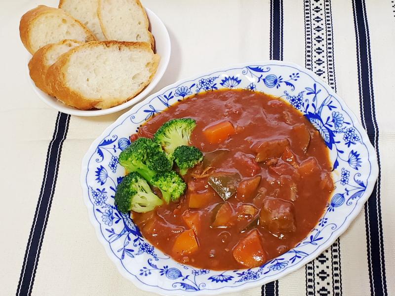 翌日、「牛肉とあさりのトマトスープ」をシチューにアレンジ。ブロッコリーとパンを添えてランチに(撮影:BOOKウォッチ編集部)