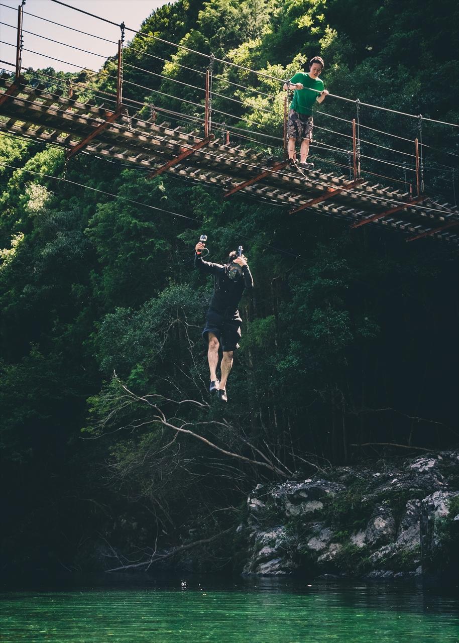 写真は、自然のなかで遊ぶ