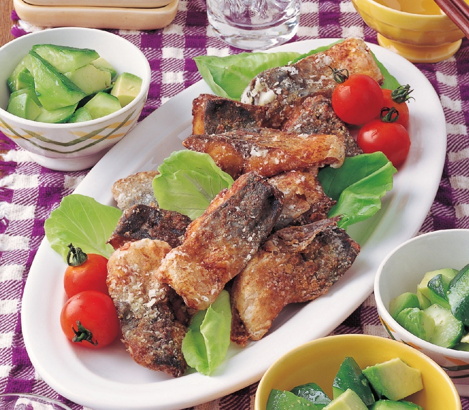 写真は、魚を使った料理/『決定版 最強コスパの100円おかず503』(主婦の友社)より