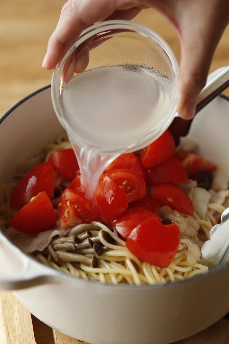 写真は、湯を切ったパスタにゆで汁を再度加えるところ(提供:主婦の友社)