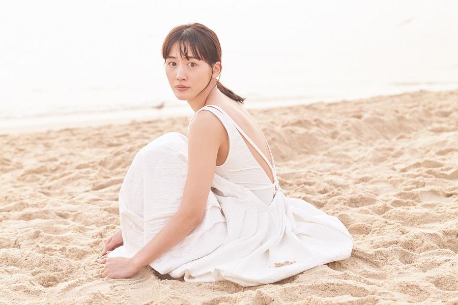 写真は、砂浜に座る綾瀬はるかさん(撮影は、新津保建秀さん)(提供:講談社)