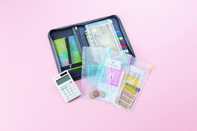 画像は、『KINOKUNIYA 暮らし上手のマルチポーチ』(宝島社)の付録より。カード類が整理しやすいお財布に。※ポーチ、バインダー、ジップケース以外は付録に含まれない。