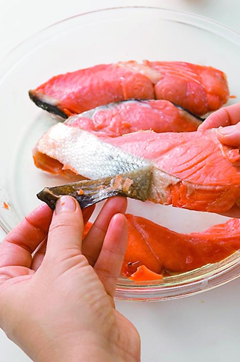 写真は、鮭のそぼろを作る様子/『ちょこっと仕込みで即ウマごはん』(主婦の友社)より