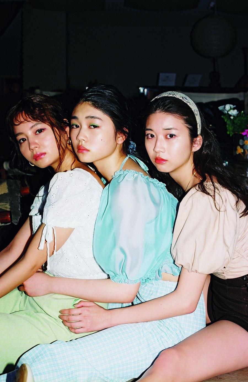 写真は、牧野真莉愛さん、NANAMIさん、滝澤エリカさん(提供;光文社)