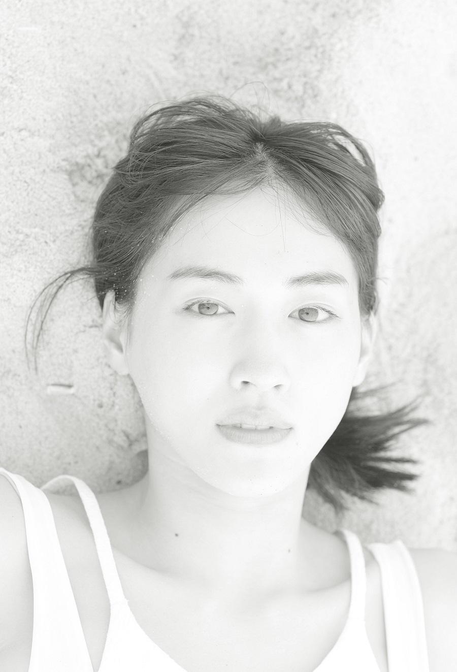 写真は、砂浜に寝転ぶ綾瀬さん(撮影は、新津保建秀さん)(提供:講談社)