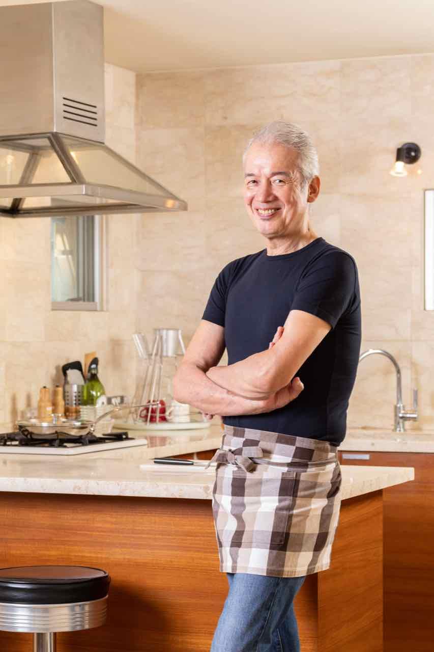 写真は、キッチンに立つ鮫島正樹さん(提供:NHK出版)