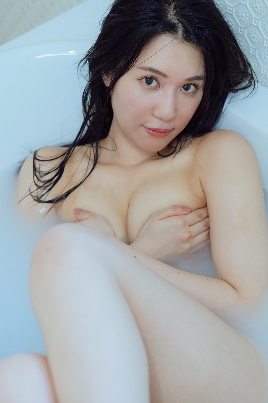 写真は、手ブラをする鈴木まりやさん(提供:UNITY)