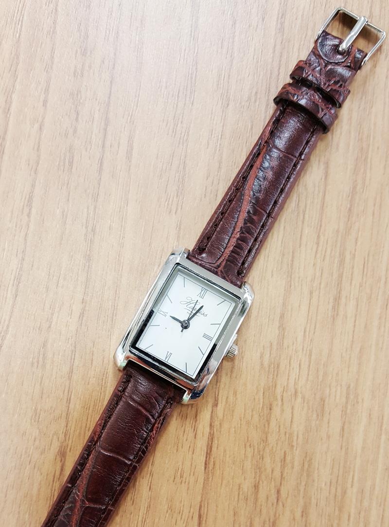 画像は、ハリスとコラボした腕時計