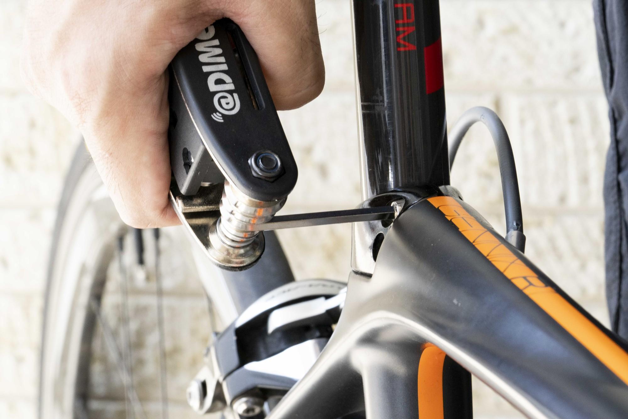 自転車の調整やパーツの組み立てに