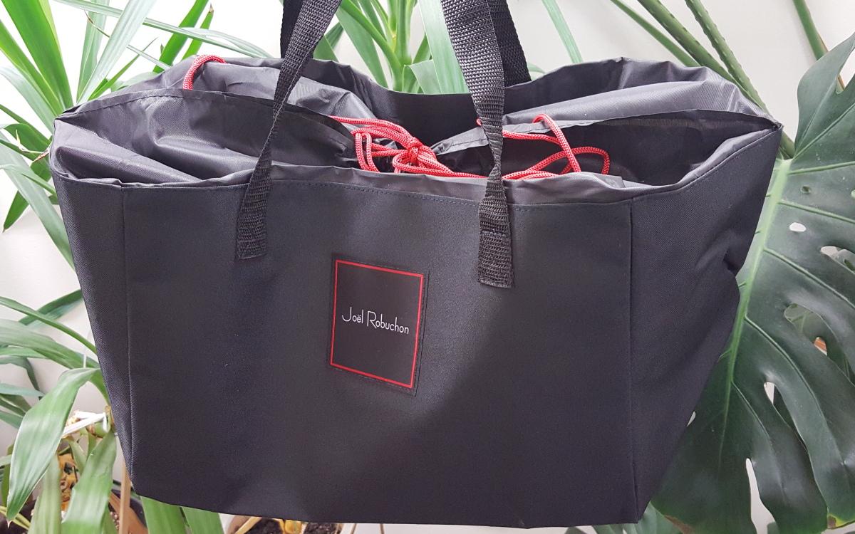 画像は、「オトナミューズ」12月号通常号の付録。「ジョエル・ロブション」とコラボしたレジかごバッグ