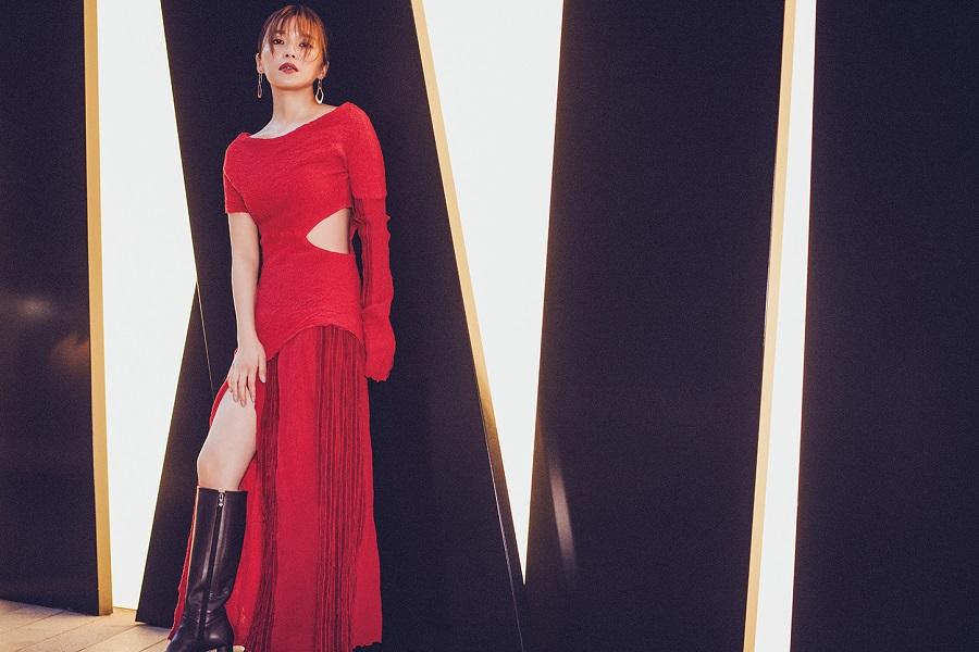 写真は、赤色の服に身を包んだ宇野実彩子さん(提供: MOGURA ENTERTAINMENT)