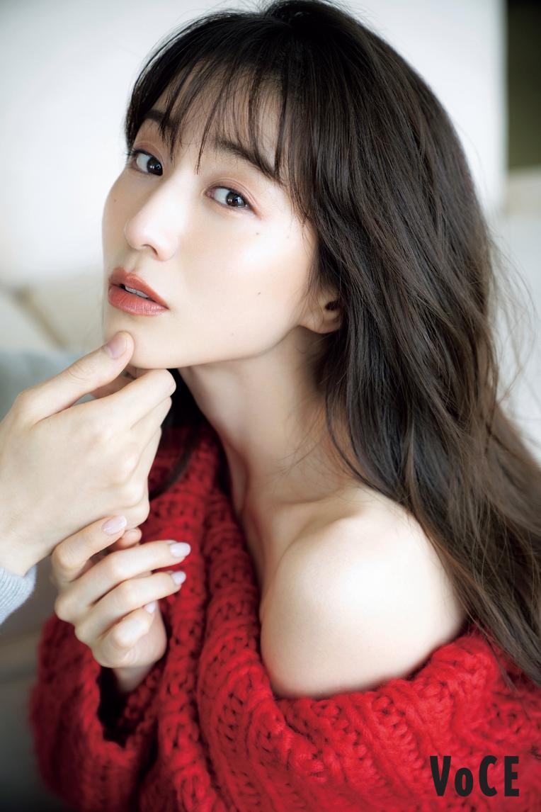 赤いニットに白い肌が映える。「VOCE」2020年11月号(講談社)撮影・中村和孝(まきうらオフィス)