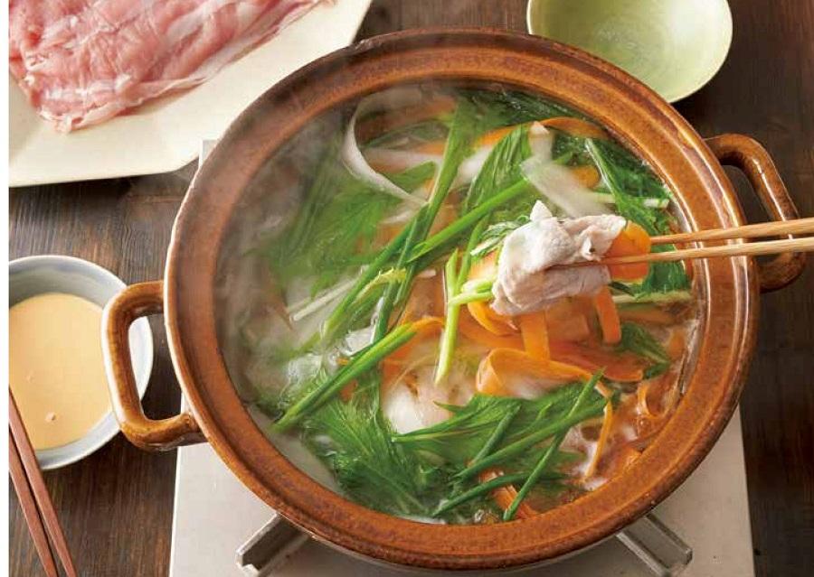 写真は、ピーラー野菜と豚肉のしゃぶしゃぶ(提供:主婦の友社)