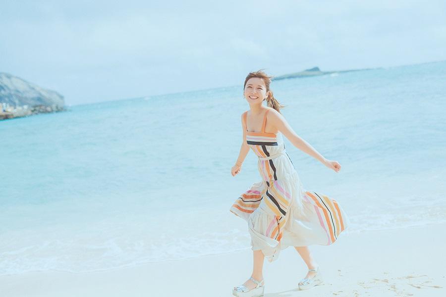 写真は、浜辺を歩く宇野実彩子さん(提供: MOGURA ENTERTAINMENT)