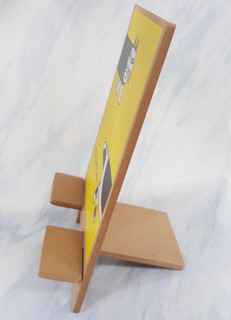 画像は、リサ・ラーソン卓上スマホスタンドを横から撮影