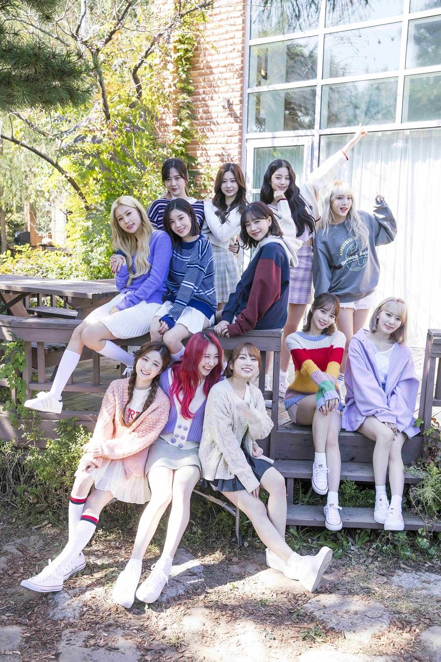 写真は、メンバー12人が集まった様子 撮影/Kim Daun (提供:小学館)