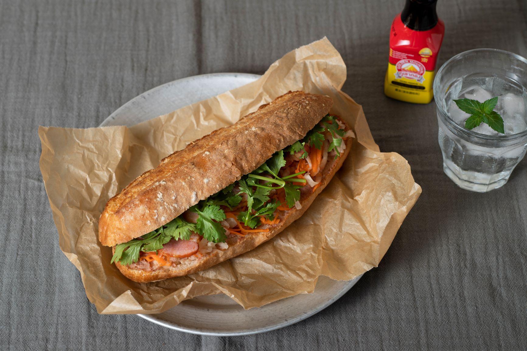 香草がおいしい「バインミーのサンドイッチ」