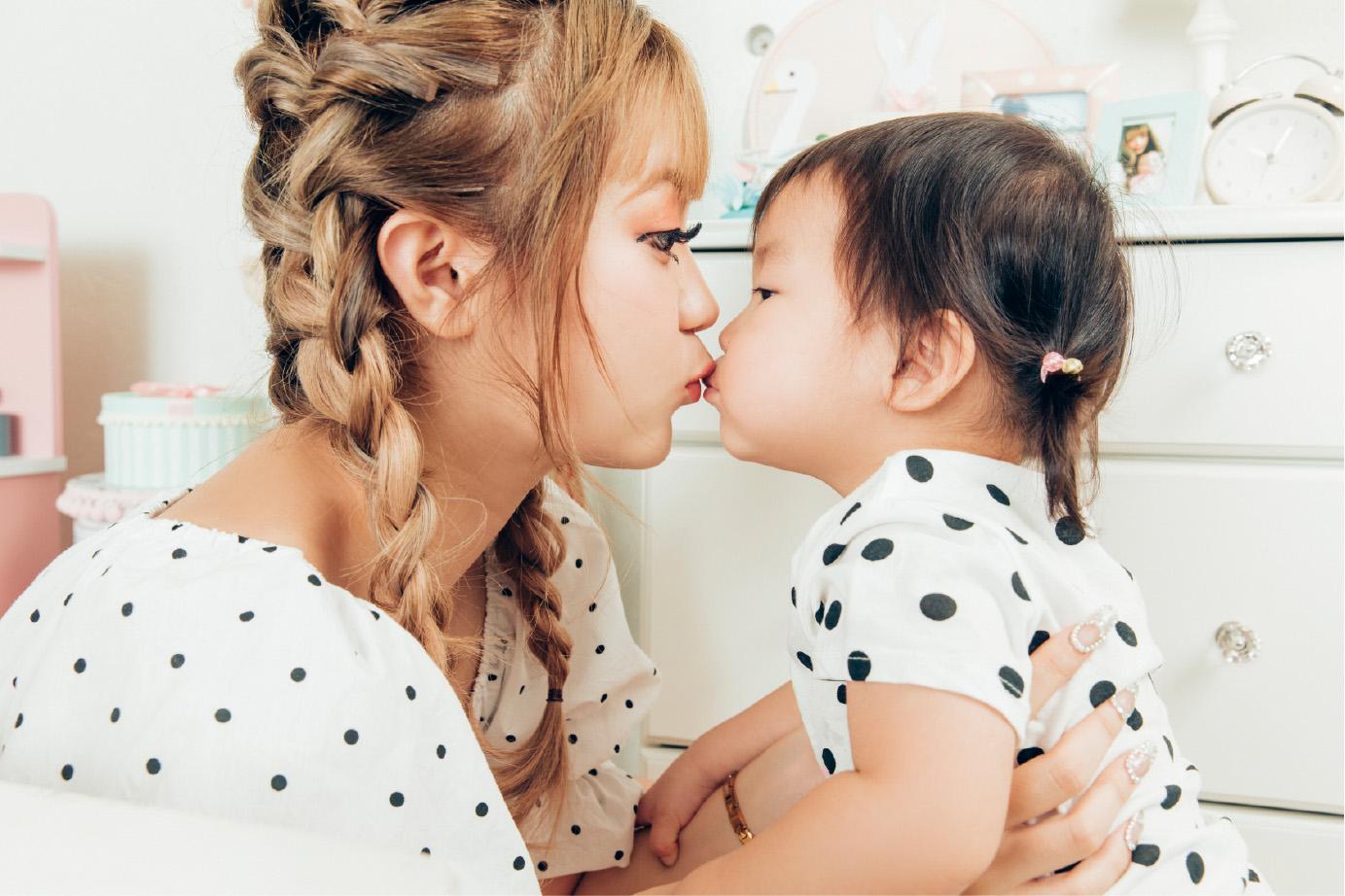 聖菜さんと娘の蘭愛(ララ)ちゃん 撮影:横山マサト