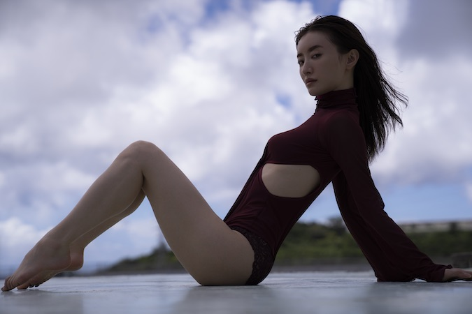 写真は、Mポーズのショット松本まりか写真集「MM」(2020年12月4日発売) (C)マガジンハウス
