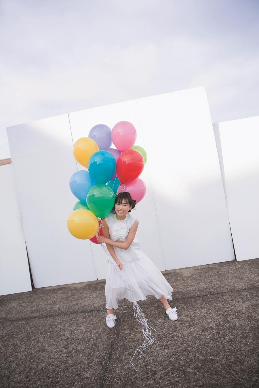 写真は、白色の衣装を着て風船を持つ福原さん(撮影は佐藤佑一さん)(提供:東京ニュース通信社)