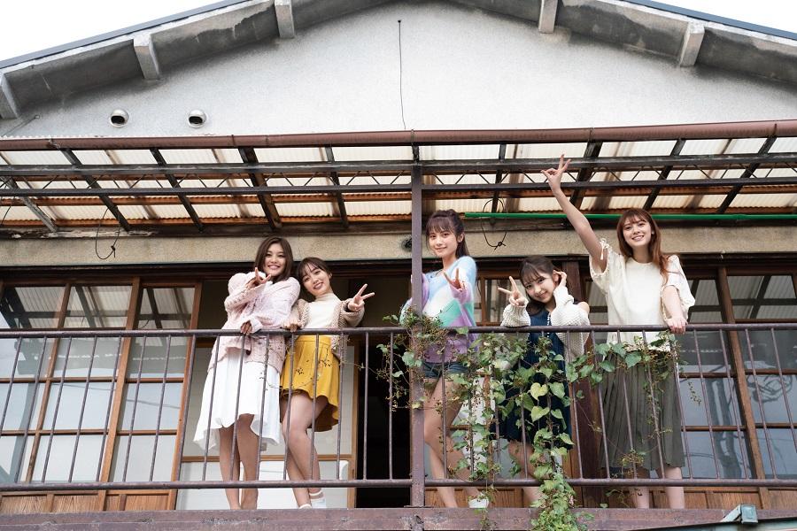 写真は、こちらを見下ろす桃月なしこさん、黒木ひかりさんら5人(提供:東京ニュース通信社)
