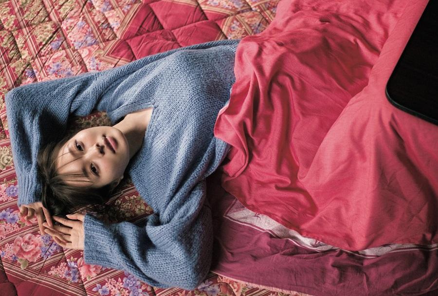 写真は、寝転がる梅澤さん(提供:東京ニュース通信社)