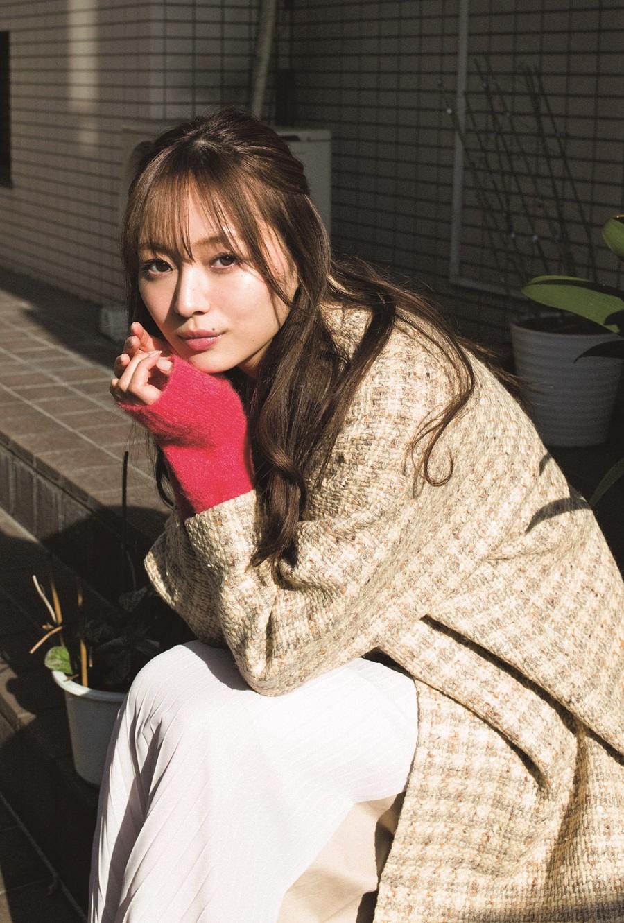 写真は、玄関の階段に腰掛ける梅澤さん(提供:東京ニュース通信社)