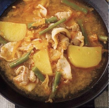 写真は、豚肉とジャガイモのキムチチゲ(提供:扶桑社)