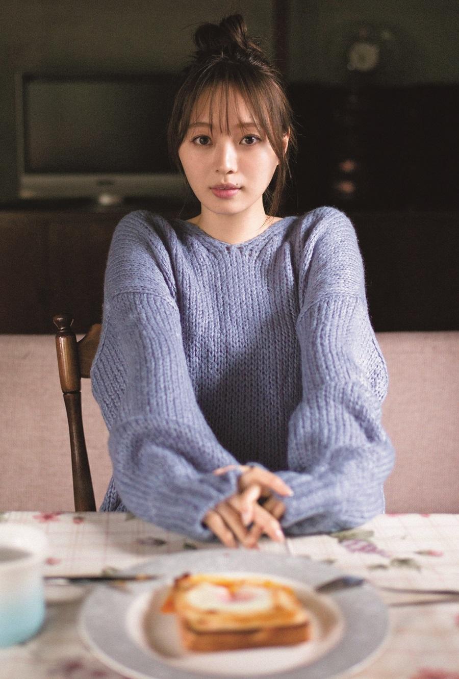 写真は、向かいの椅子に座る梅澤さん(提供:東京ニュース通信社)