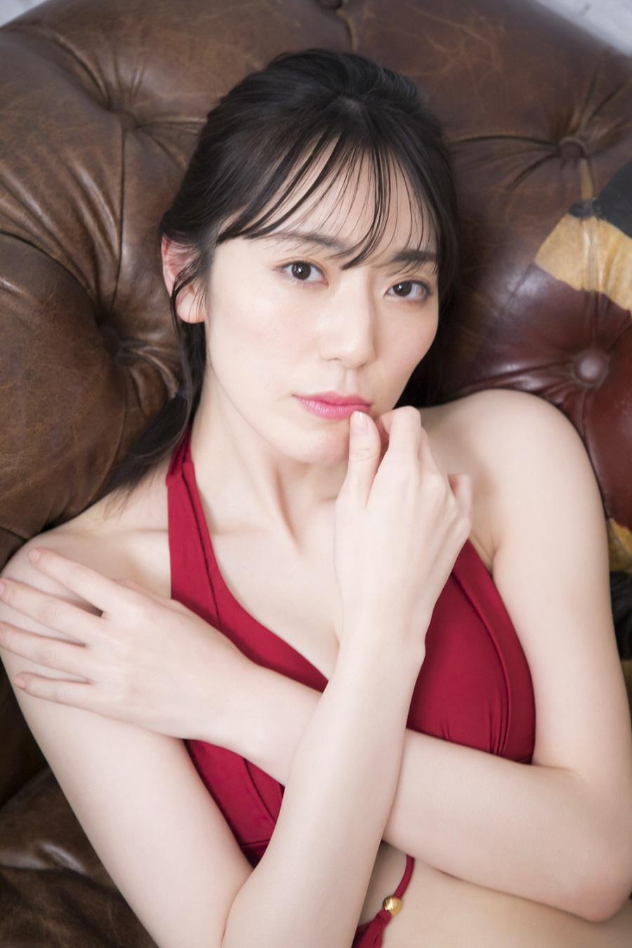 写真は、唇に指を添える松井さん (C)KADOKAWA  (C)MATSUI SAKIKO  (C)SOMEDAY  PHOTO/TANAKA TOMOHISA