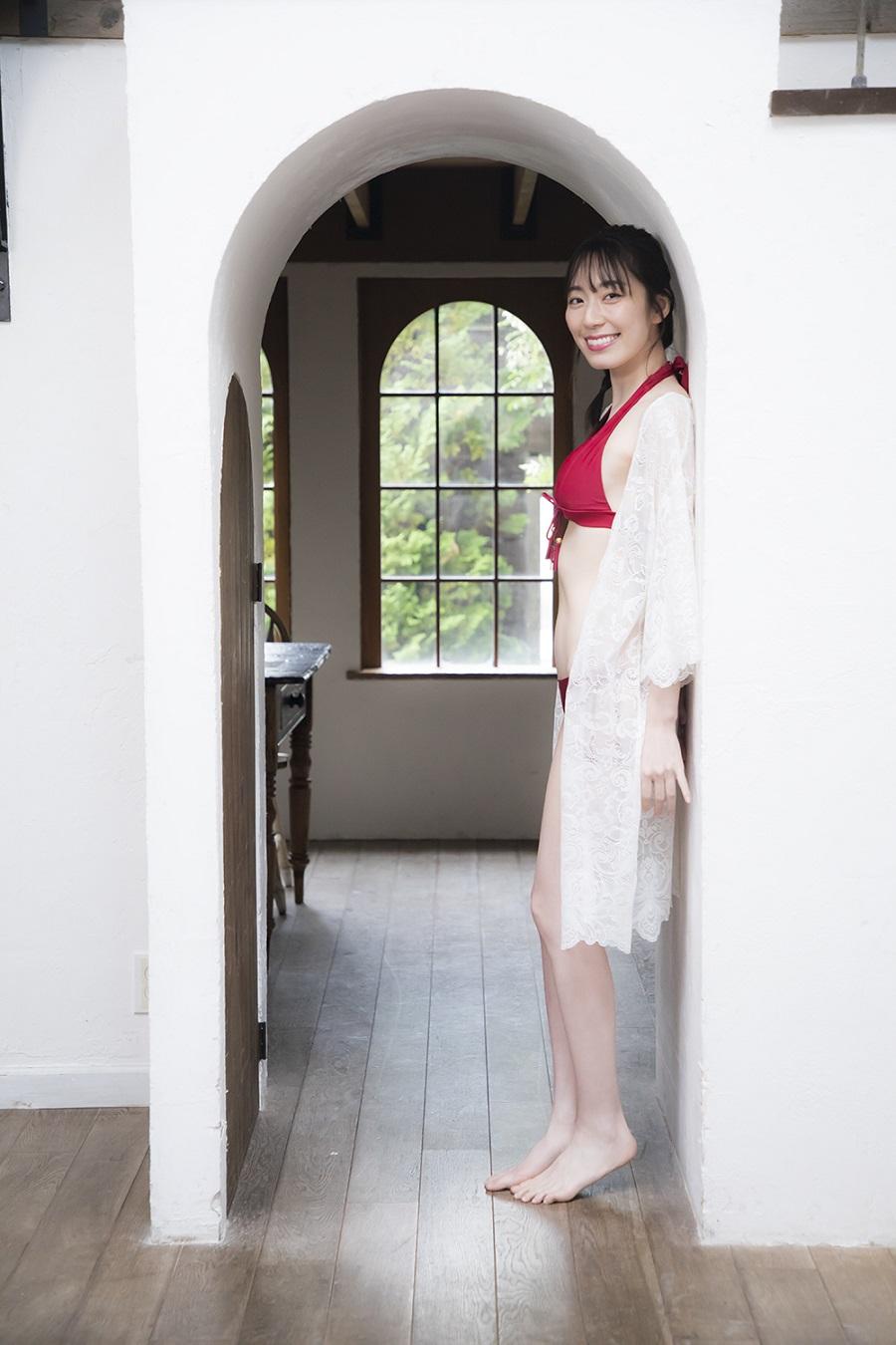 写真は、壁際に立って笑顔を向ける松井咲子さん (C)KADOKAWA  (C)MATSUI SAKIKO  (C)SOMEDAY  PHOTO/TANAKA TOMOHISA