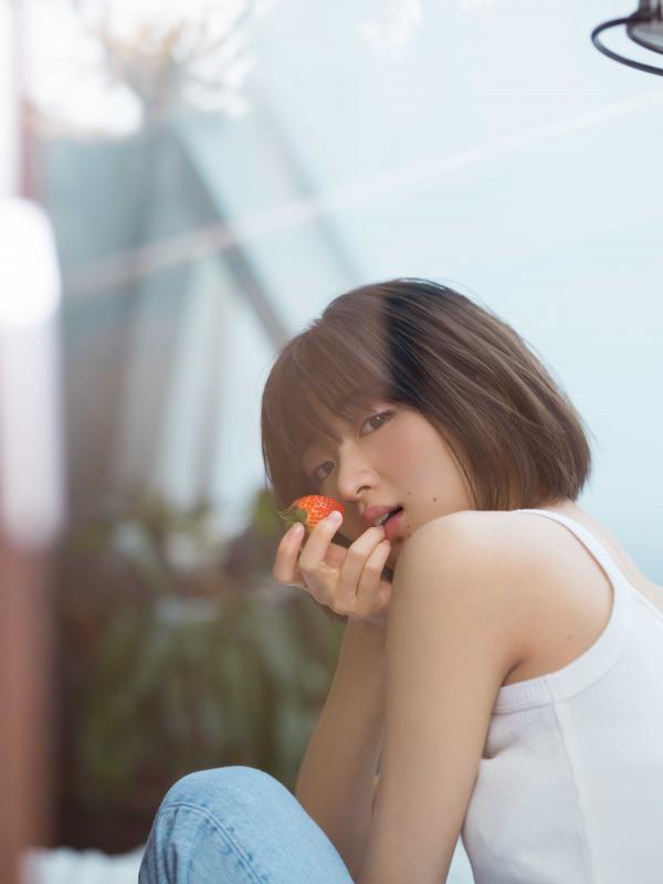 写真は、イチゴを手に持った岡崎紗絵さん(提供:主婦の友社)