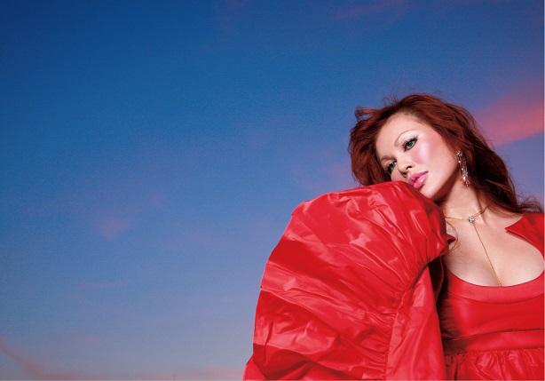 写真は、真っ赤な衣装に身を包んだ叶恭子さん(提供:ポニーキャニオン) (C)Kyoko Kano(C)Pony Canyon Inc