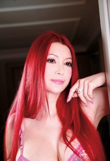 写真は、真っ赤な髪の叶美香(提供:ポニーキャニオン) (C)Kyoko Kano(C)Pony Canyon Inc