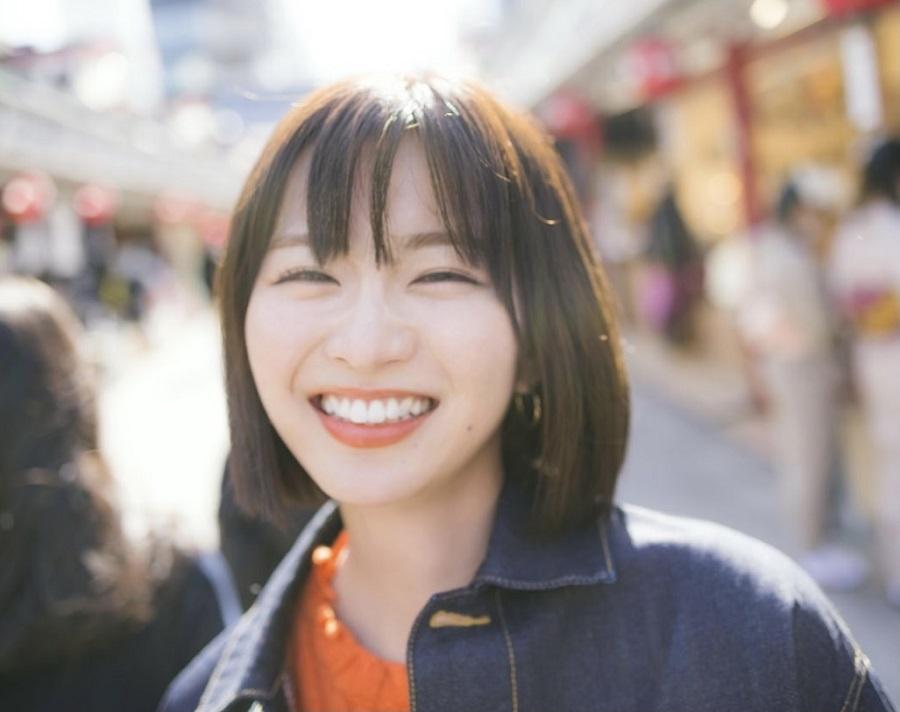 写真は笑顔を見せる岡崎さん(提供:主婦の友社)
