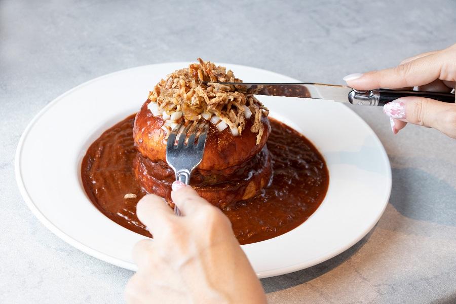 写真はナイフとフォークを使って食べる様子(提供:WDI JAPAN)