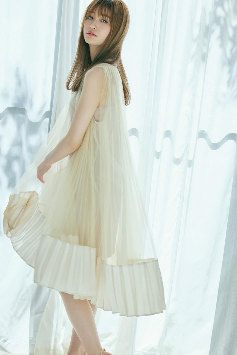 写真は陽光差し込むカーテンのそばに立つ生見さん 撮影:吉田 崇/『WHITE graph 006』講談社
