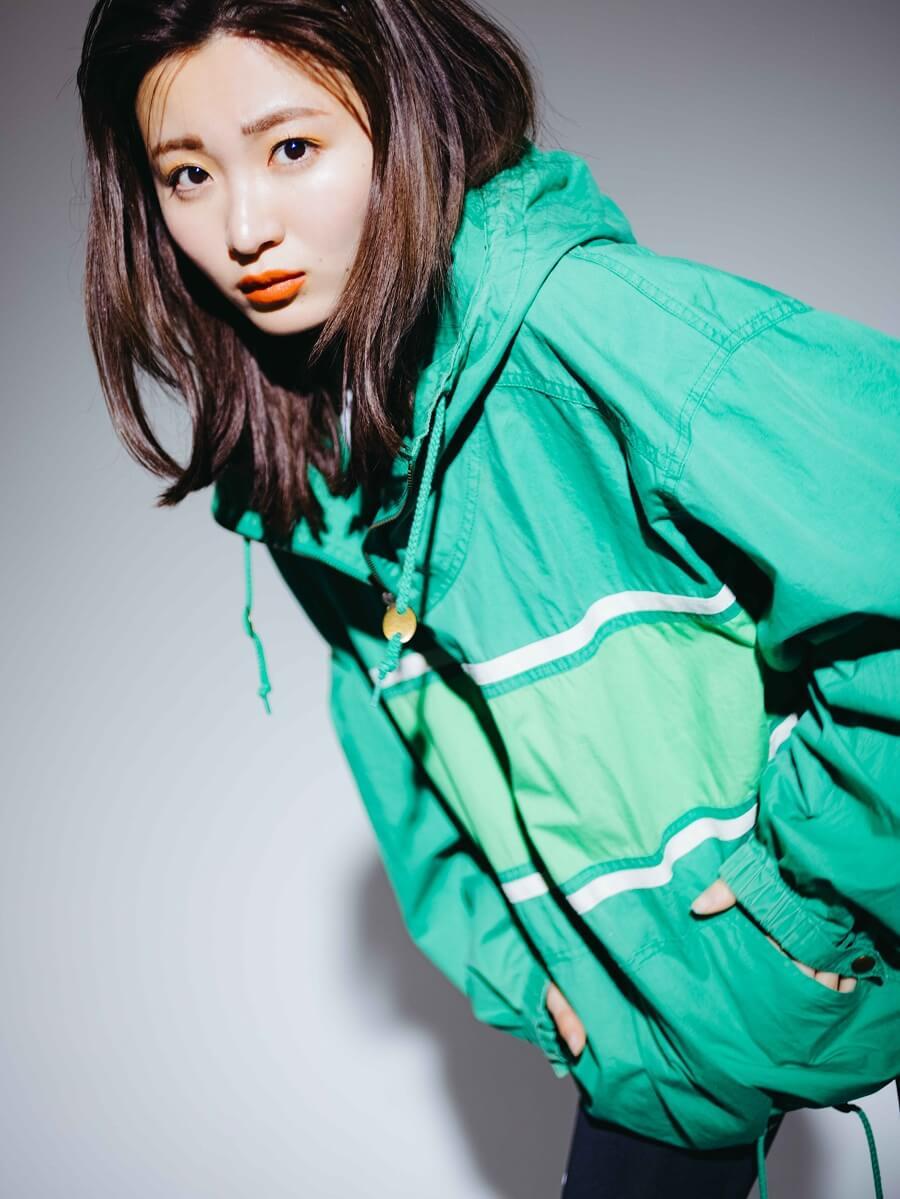 写真はスポーティな服装の岡崎さん(提供:主婦の友社)