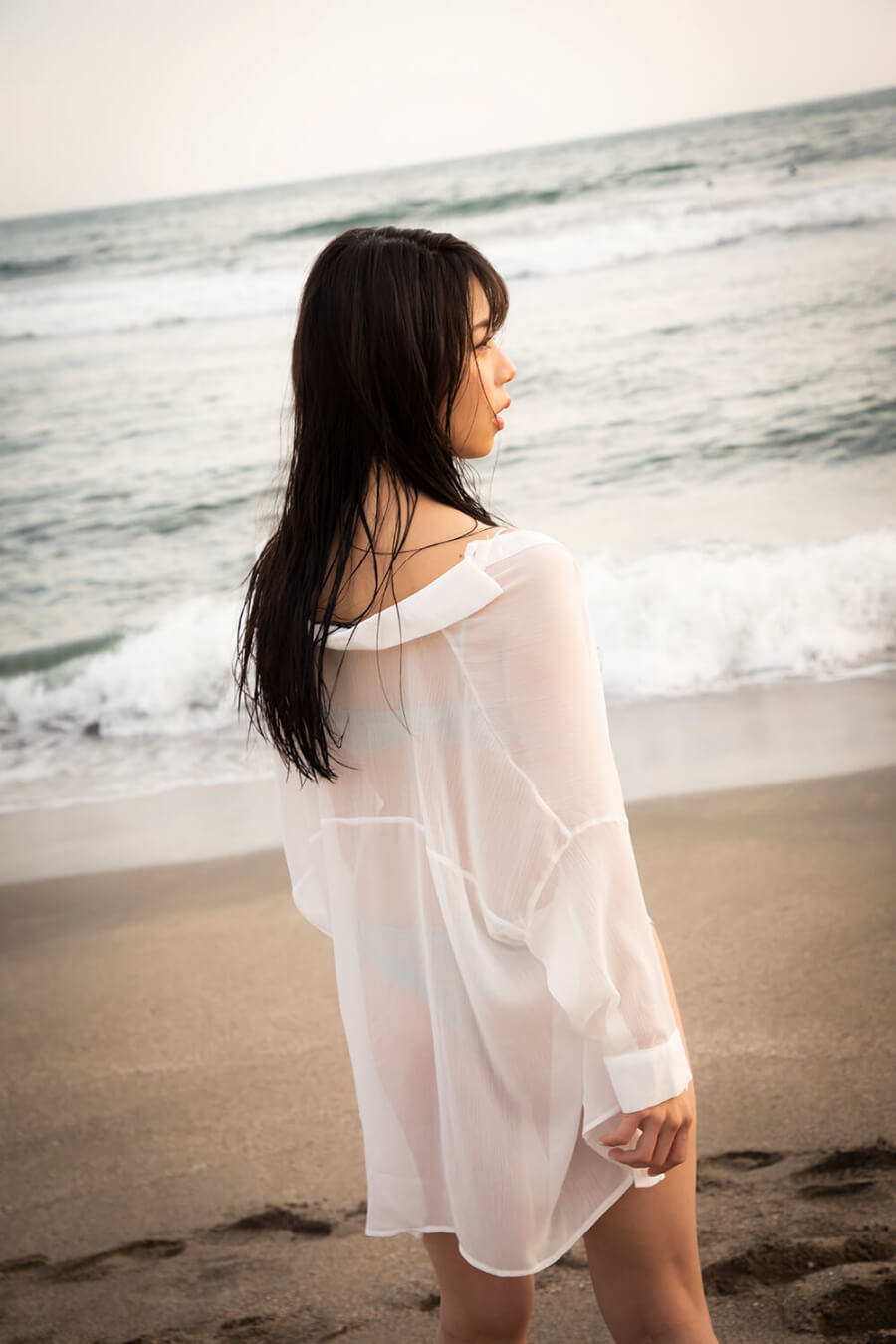 写真は砂浜に立つ鈴木さん(C)KADOKAWA  (C) officepocket   PHOTO/TANAKA TOMOHISA
