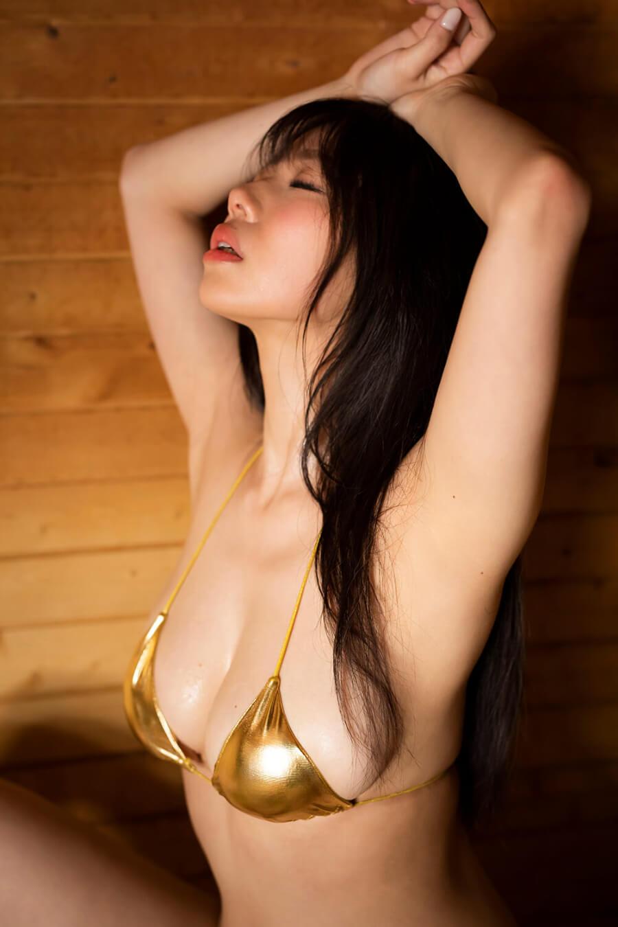 写真は金の水着を着た鈴木さん(C)KADOKAWA  (C) officepocket   PHOTO/TANAKA TOMOHISA