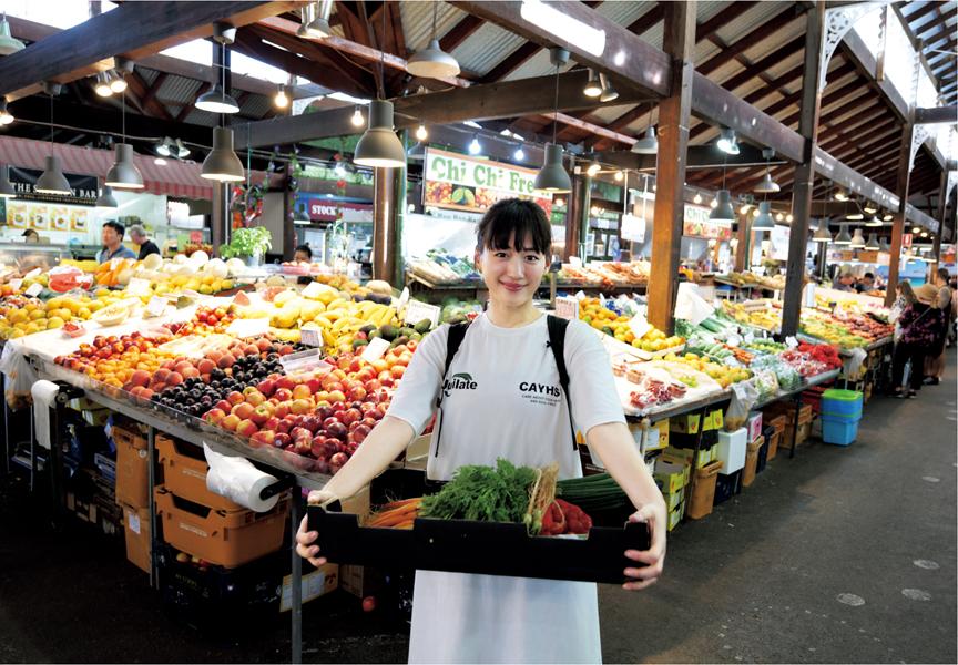 写真は野菜の入ったかごを持つ綾瀬さん(提供:講談社)