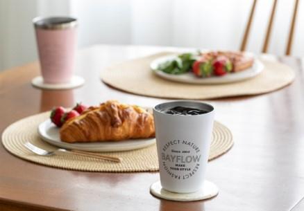 写真はテーブルに載ったコーヒータンブラー(提供:宝島社)